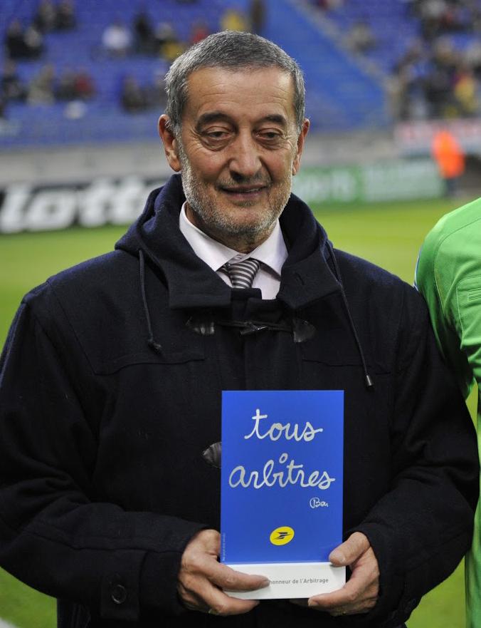 """Portrait de Bernard Coutet tenant un trophée """"tous arbitres"""""""