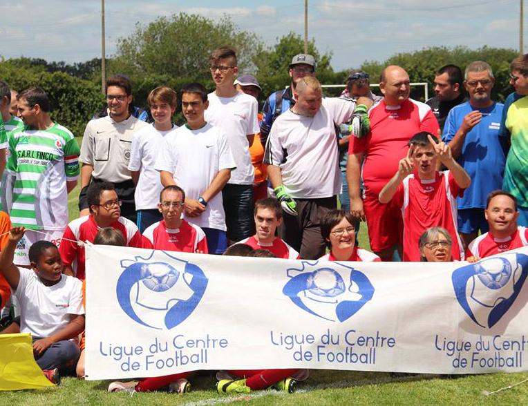 Photo de groupe du club d'Auvilliers sur un terrain avec une banderole de la Ligue du Centre de Football