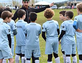 photo d'une des équipes du FC Ajaccio de dos sur le terrain en tenue de football