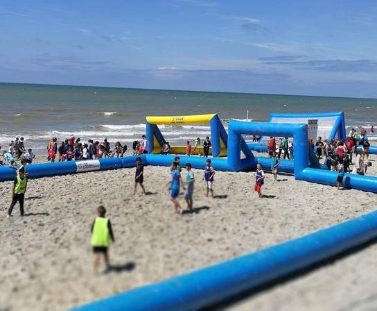 Photo d'un terrain gonflable de football sur la plage