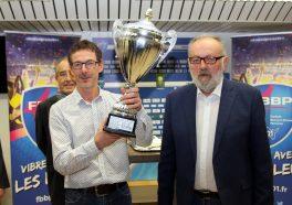 Jean-Marc Peyrot, président de l'association du FC Bourg-en-Bresse Peronnas et un autre homme lui remettant un coupe