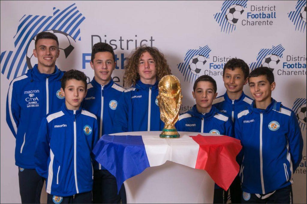 Photo de groupe devant la coupe  lors du championnat national des U19