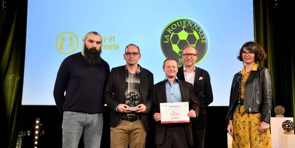Photo de plusieurs membres de L'association Rouennaise de football lors d'une remise de prix/distinction