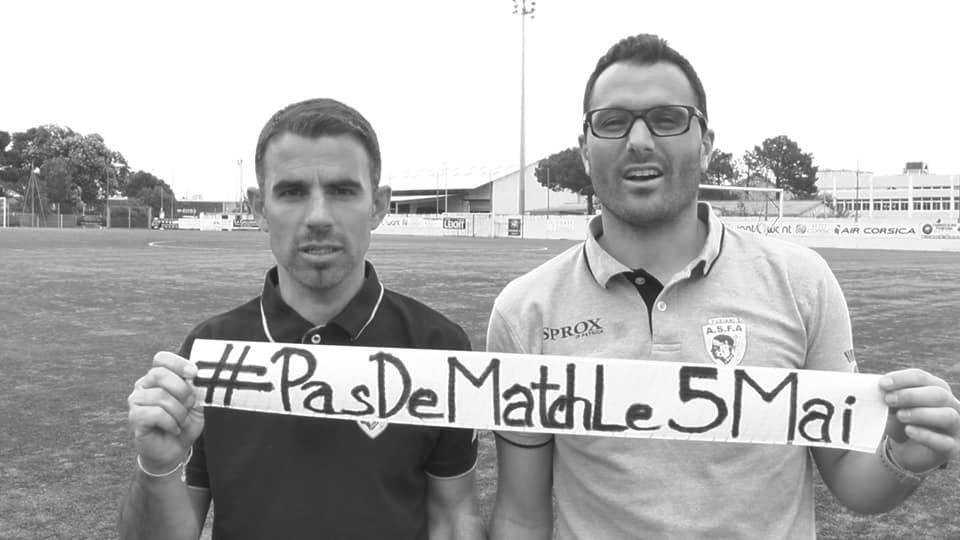 """Photo en Noir et blanc avec deux personnes tenant une banderole """"#PasDeMatchLe5Mai"""""""
