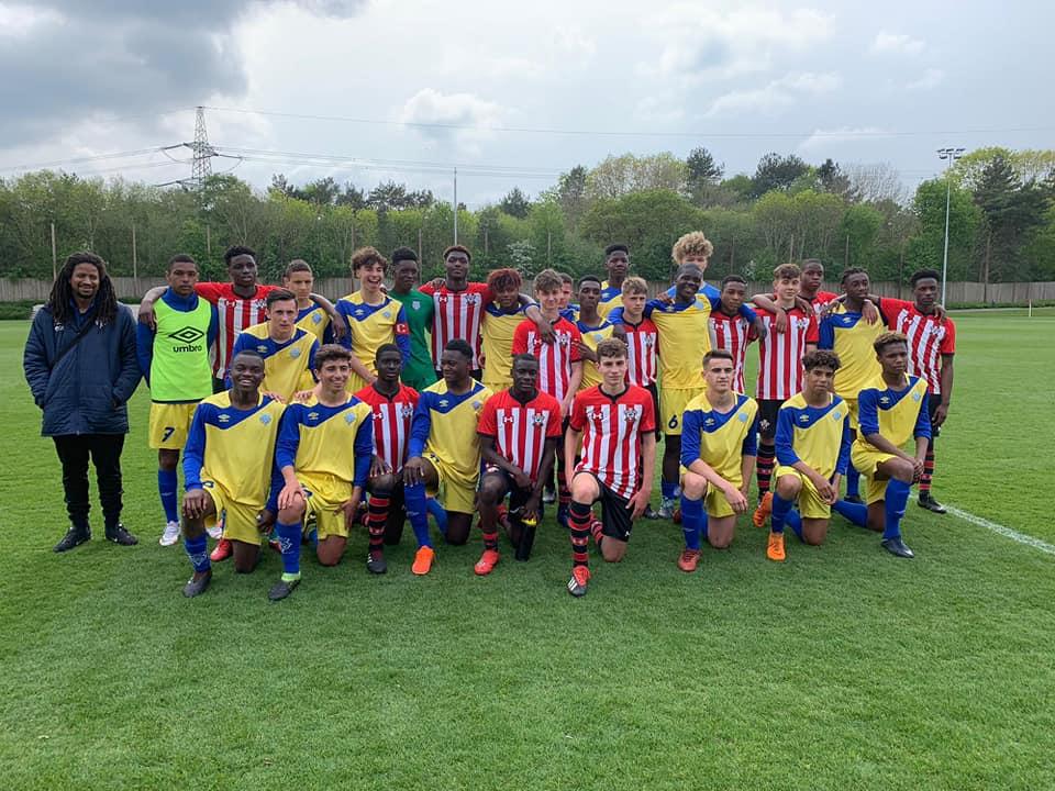 Photo de groupe de la jeune garde U16/U17 du club francilien sur un terrain