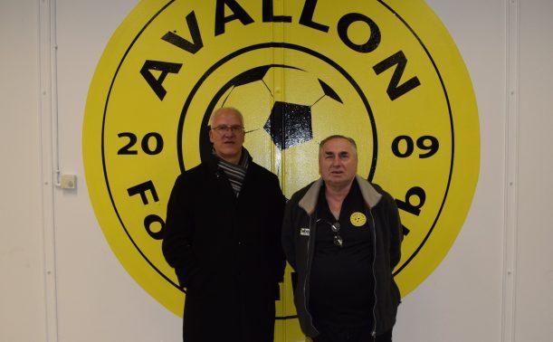 Jean-Luc Duchêne (à droite sur la photo) avec un membre du Avallon Vauban FC devant le logo du club