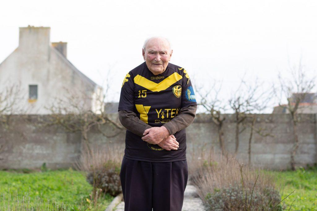 Photo de Pierre Boennec avec le maillot de l'association de football des Cormorans