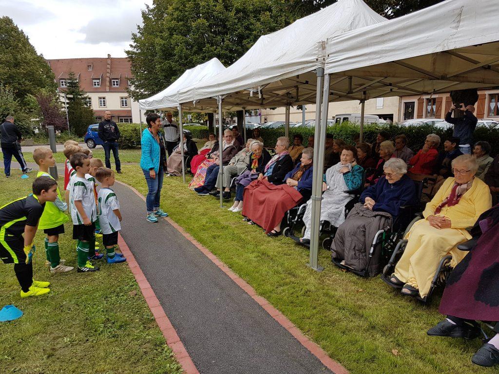 Photo lors d'une visite des u7 de l'AS Altorf Blaesheim à l'EHPAD