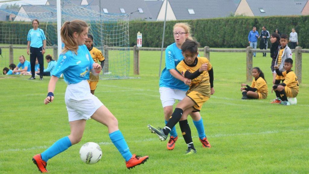 Photo de plusieurs joueuses en action pendant un match de football