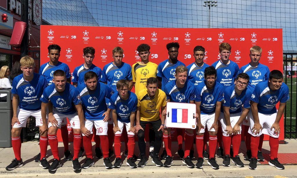 Photo de groupe de l'équipe de France de foot unifié