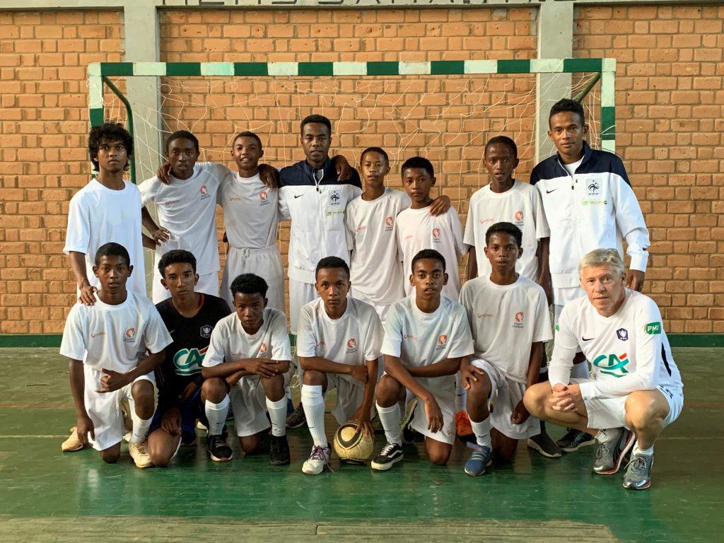 Photo de groupe d'une équipe sur un terrain de Futsal
