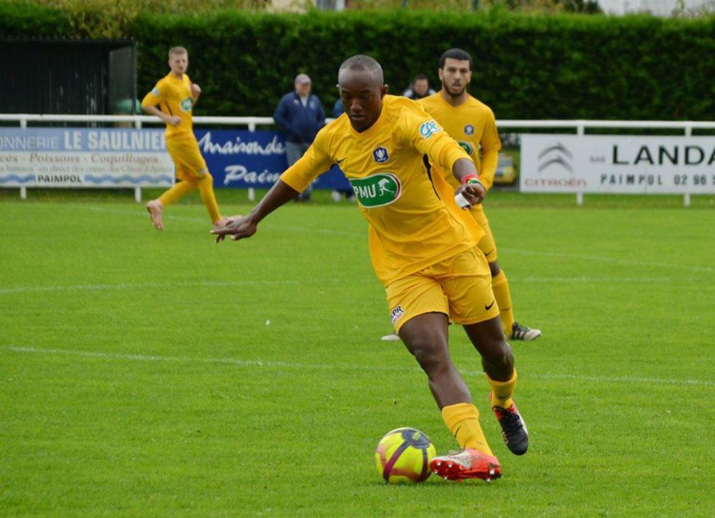 Joueur de football en action sur le terrain