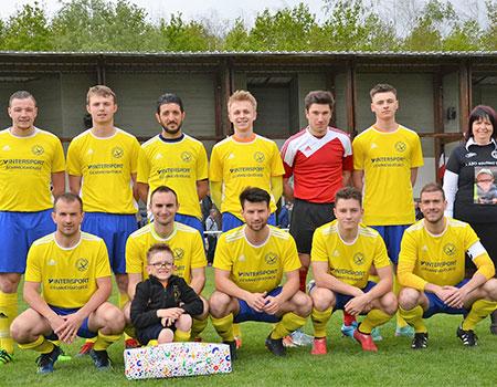 Photo de groupe de l'équipe sur le terrain et en tenue de football