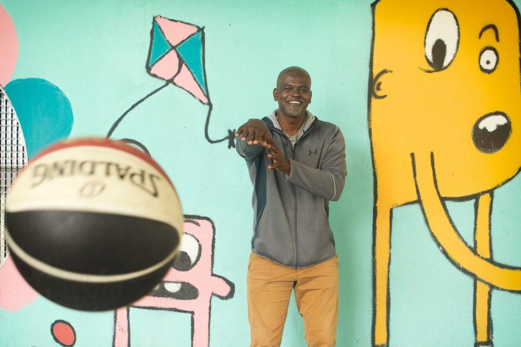 Abdoulaye Ndiaye lance un ballon de basket