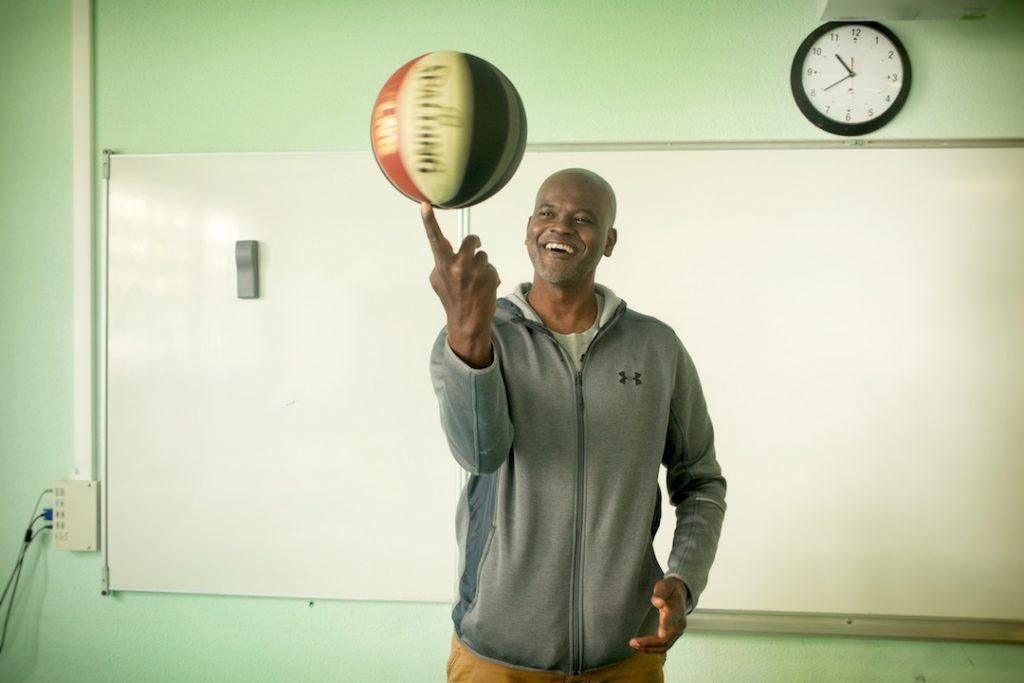 Abdoulaye Ndiaye joue avec un ballon de basket
