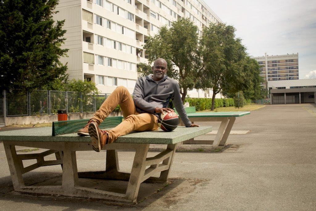 Abdoulaye Ndiaye pose dans un quartier
