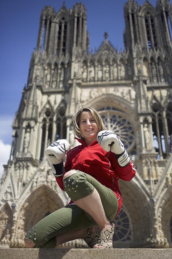 Anne-Sophie Da Costa accroupie devant Notre-Dame