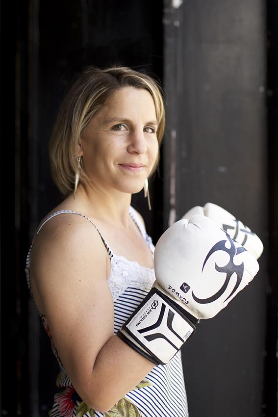 Anne-Sophie Da Costa avec ses gants de boxe face caméra