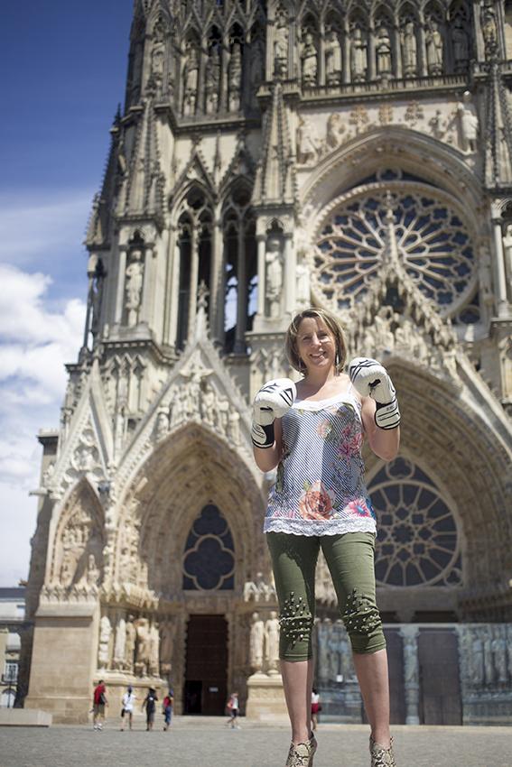 Anne-Sophie Da Costa devant l'entrée de Notre-Dame de Paris
