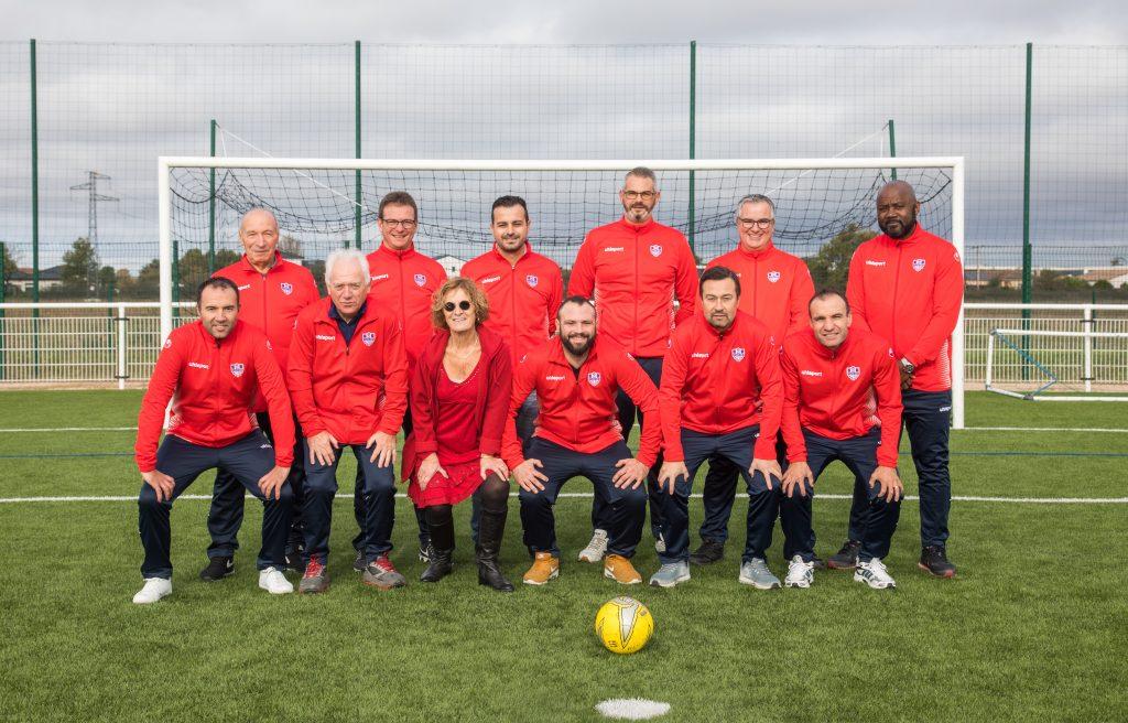 Photo de groupe sur un terrain, tenues aux couleurs du club