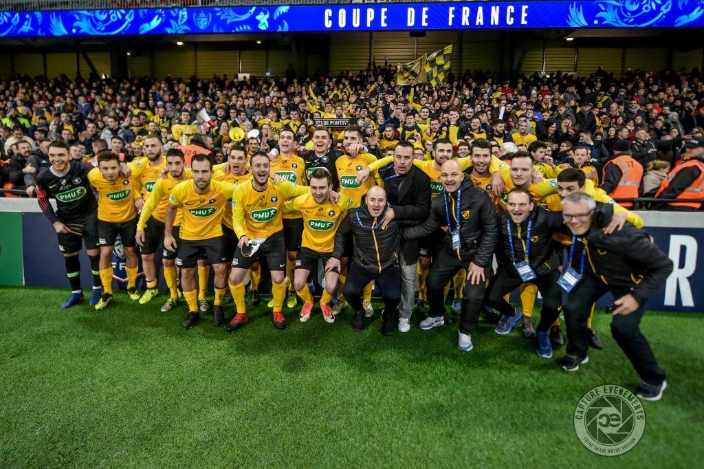 Photo de l'équipe dans un stade lors d'un match de CDF