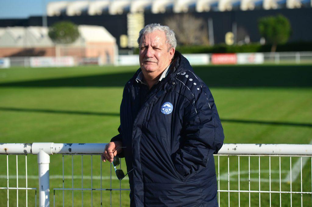 François Enguilabert  devant un terrain de football