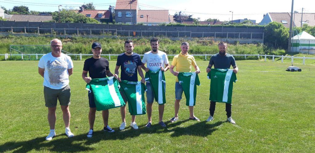 Photo de groupe sur le terrain avec les maillots du club dans les mains