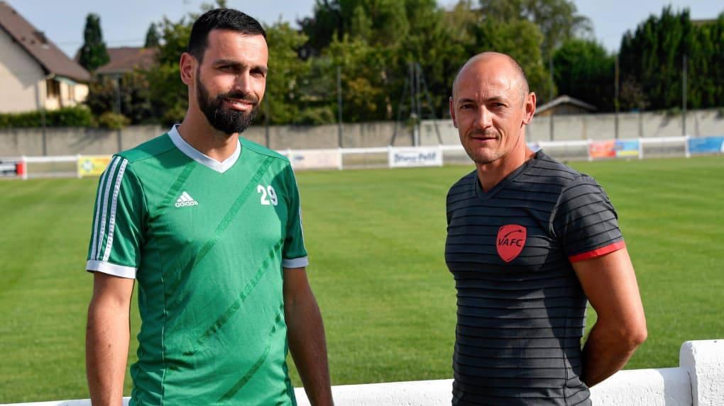 Sébastien Roudet et Vincent Bernardet de face devant un terrain