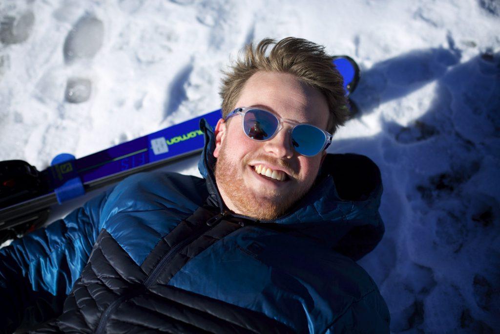 Lou braz Dagand pose allongé sur la neige