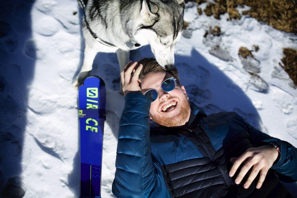 Lou braz Dagand s'amuse avec son husky