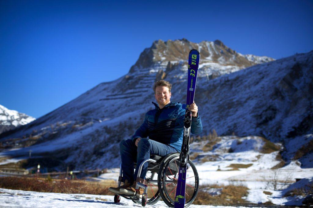 Lou braz Dagand pose devant une montagne