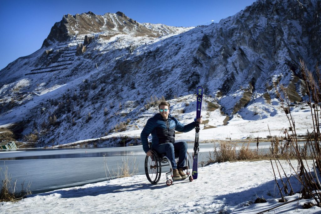 Lou braz Dagand pose devant un glacier