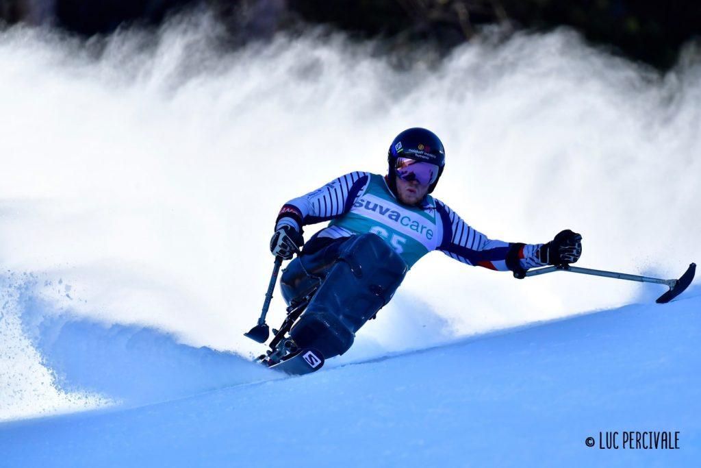 Lou braz Dagand descend une piste de ski