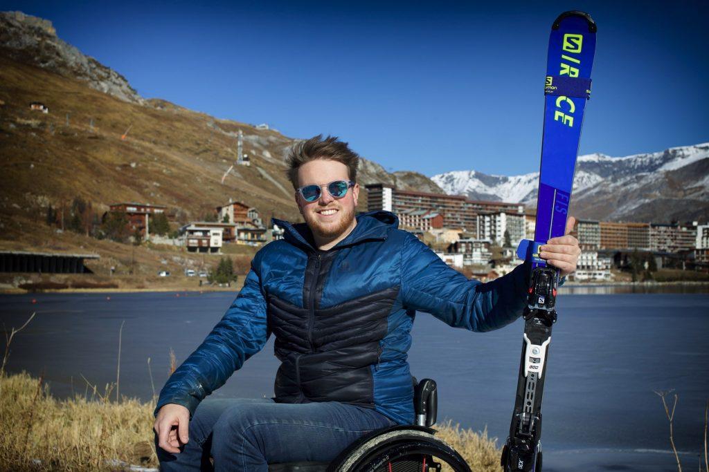 Lou braz Dagand pose devant une station de ski