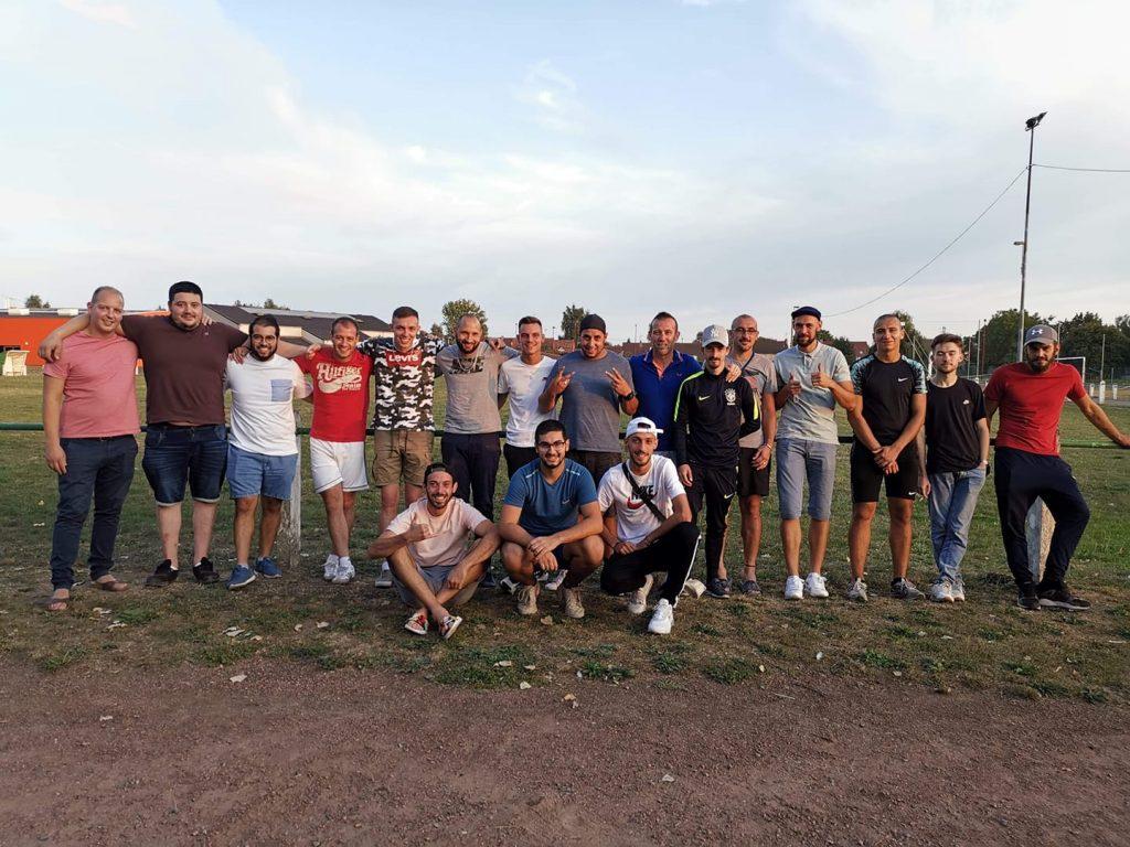Photo de groupe sur le terrain