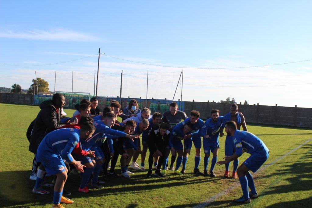 L'équipe de l'Etoile Sportive Paulhan Pézenas Avenir regroupée sur le terrain