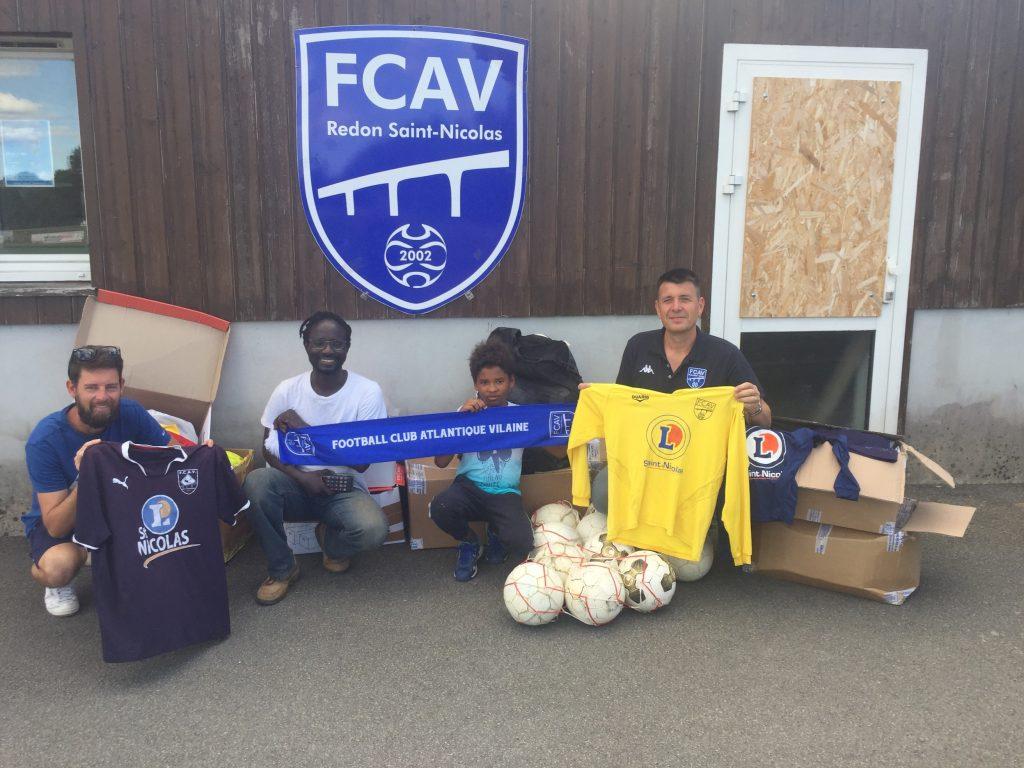Membres du club avec du matériel envoyé au Sénégal