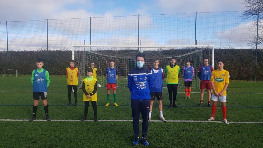 Maxime Cannes sur le terrain avec plusieurs joueurs de football