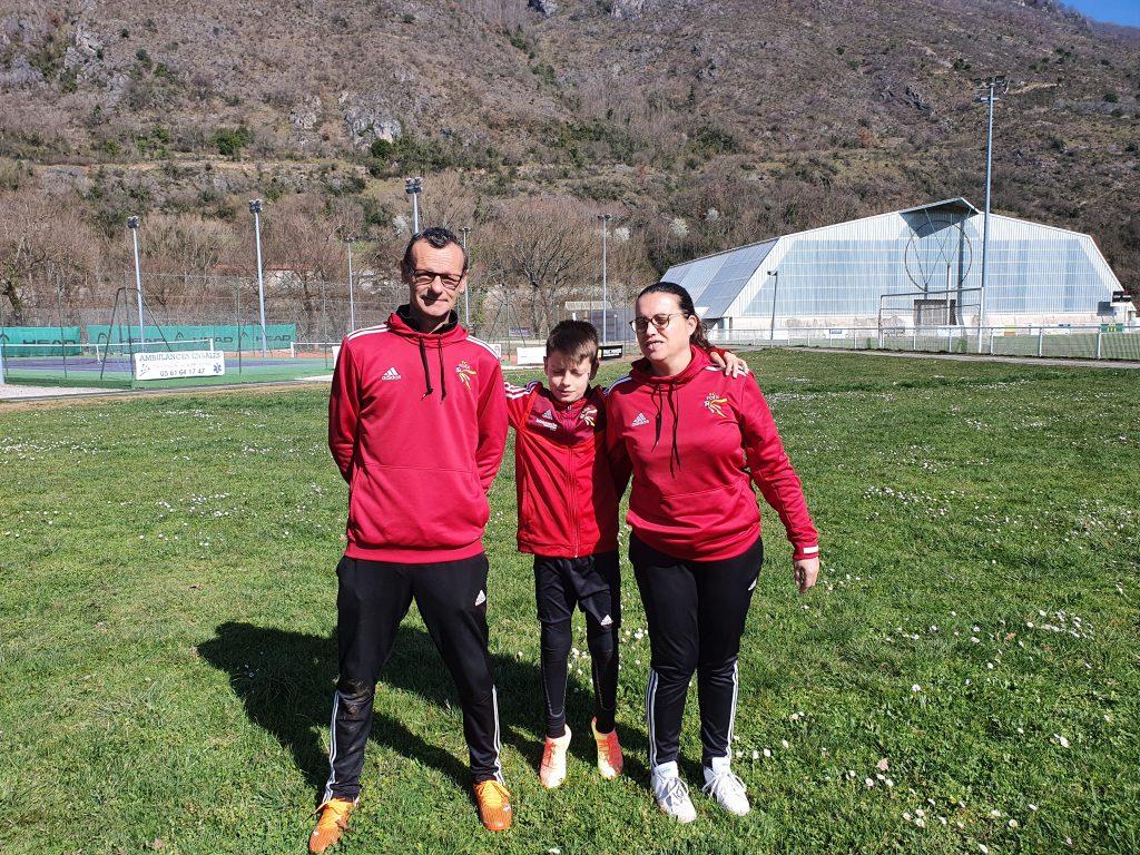 3 personnes portant un haut rouge