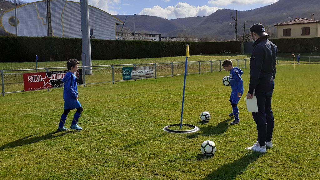 Des enfants jouant avec un ballon sur une pelouse