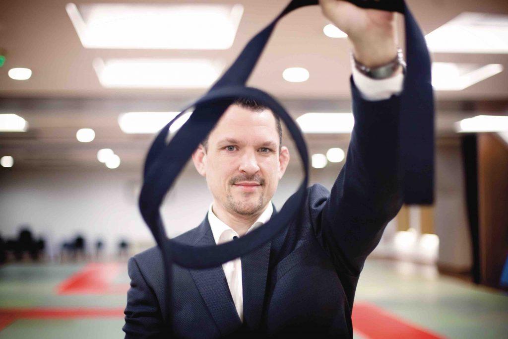 Portrait de fred lucanu avec sa ceinture à la main