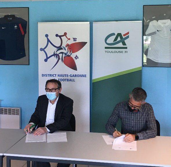2 hommes en train de signer un contrat
